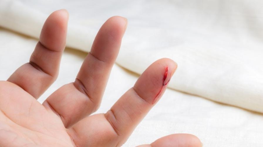 Учени обясниха силната болка при порязване с лист хартия