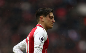 Феновете на Арсенал не знаят кой лъже - Венгер или Йозил
