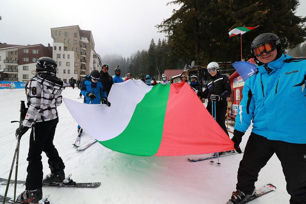 Масово ски спускане с трибагреници и народни носии бе отбелязан Националния празник в Пампорово