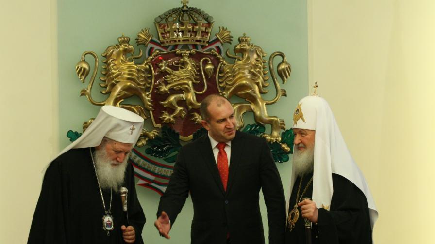 Синодът защити Румен Радев за срещата с патриарх Кирил