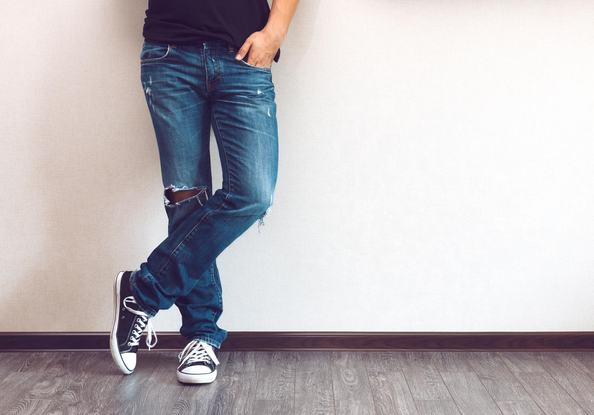Трябва да имате поне един чифт наистина качествени дънки, които ще издържат на много носене, години наред. Не купувайте най-модерните, защото след един или два сезона няма да бъдат актуални. Залагайте на класиката.