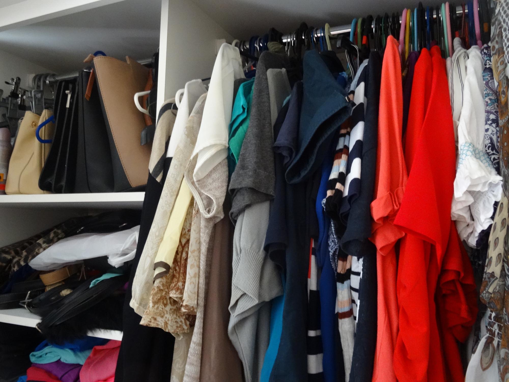 Време е да се обърне внимание и на гардеробите в къщата. Освободете се от стари и ненужни дрехи, обувки и чанти - дарете ги или ги подарете.