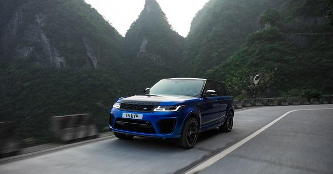 Мощният SUV на Land Rover, управляван от пилота на Panasonic