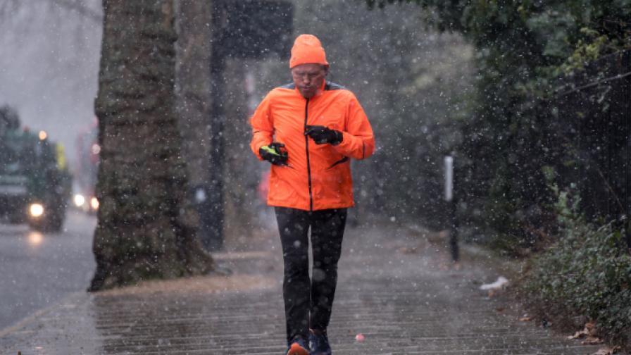 Снежна буря в Лондон, над 100 полета бяха отменени