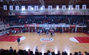 Грозни сцени прекратиха македонско дерби с българско участие