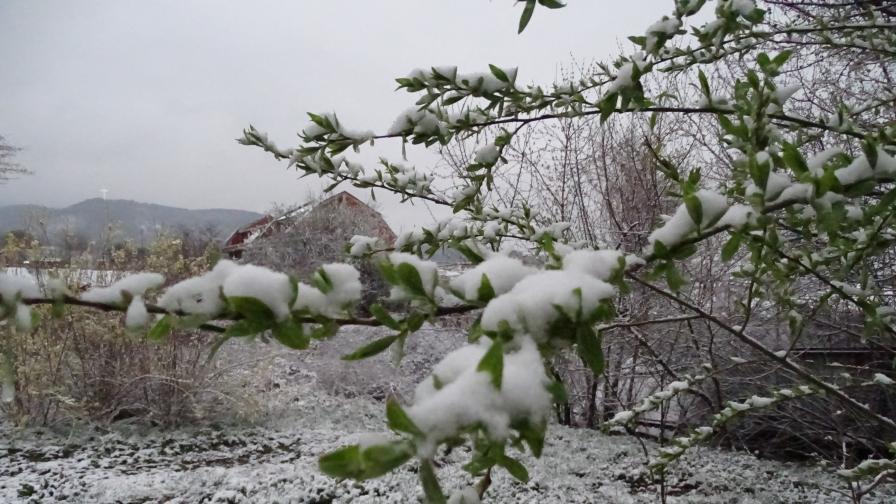 Циклони се редуват, снегът спира за кратко, инциденти на пътя