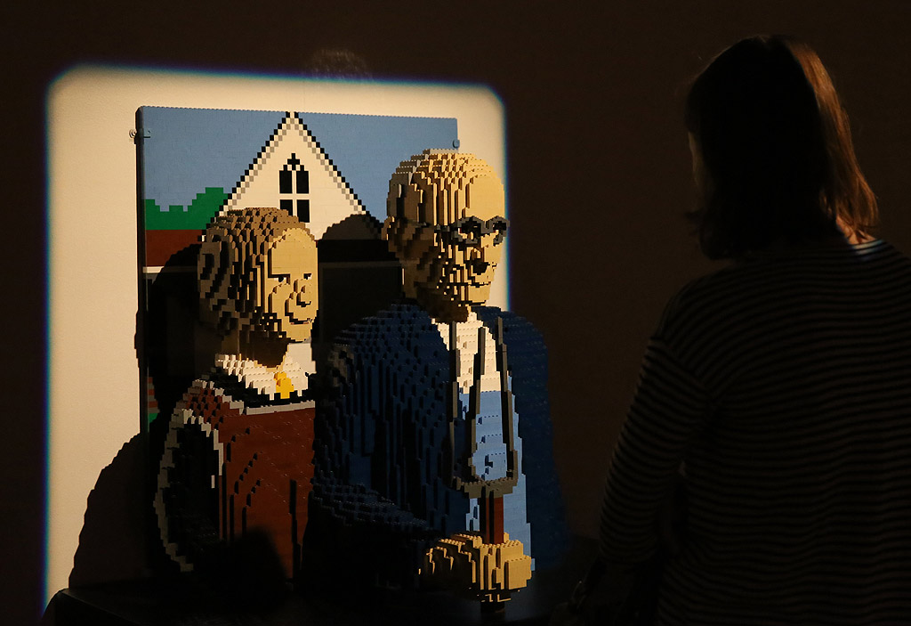 Повече от 100 произведения на изкуството, създадени само и единствено от Лего блокчета, са изложени в Минск, Беларус