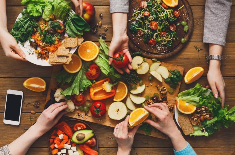 <p>Много хора вярват, че не трябва да се хранят, седнали на ъгъла на масата. Според правилата на фън-шуй всеки предмет с триъгълна форма е символ на негативна енергия.</p>  <p>Ако човек седи постоянно на ъгъла на масата, след време ще започне да има проблеми в личния живот, ще има проблеми със здравето и късметът ще избяга от него.</p>
