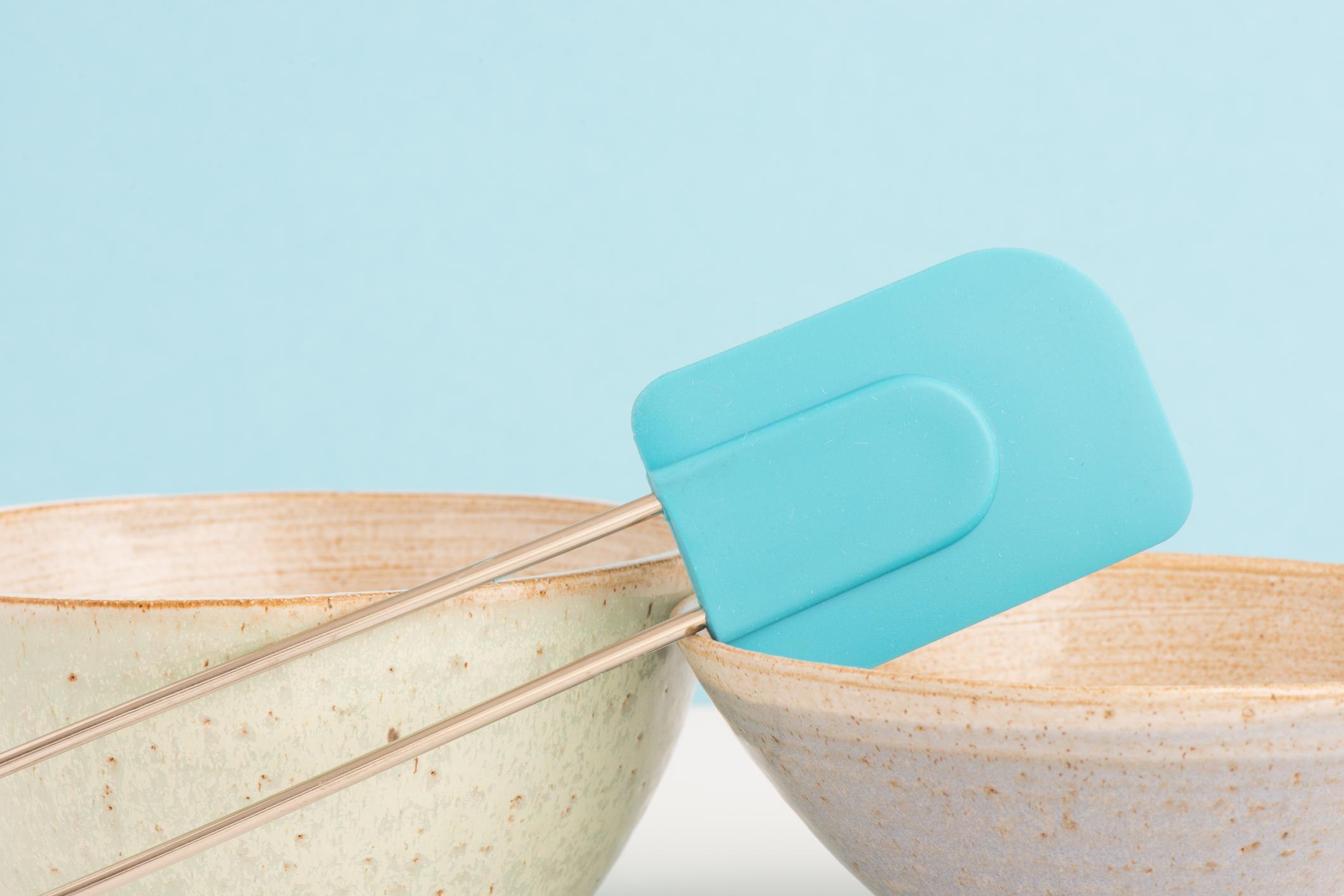 Всички кухненски бъркалки, особено като тази на снимката, са източник на много бактерии. Уверете се, че ги измивате винаги добре след употреба. А бъркалките със сменящ се накрайник, винаги сушете отделно, защото може да мухляса.