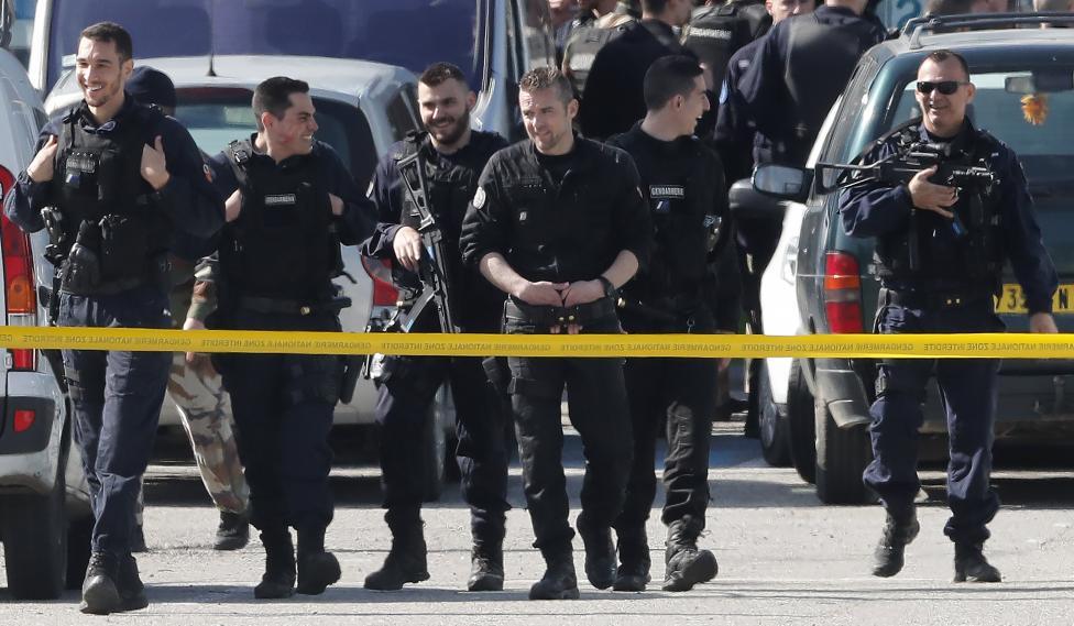 - Трима са загинали при взимането на заложници в супермаркет във френския град Треб, съобщи по телевизия Бе Еф Ем кметът на града Ерик Менаси. По данни...