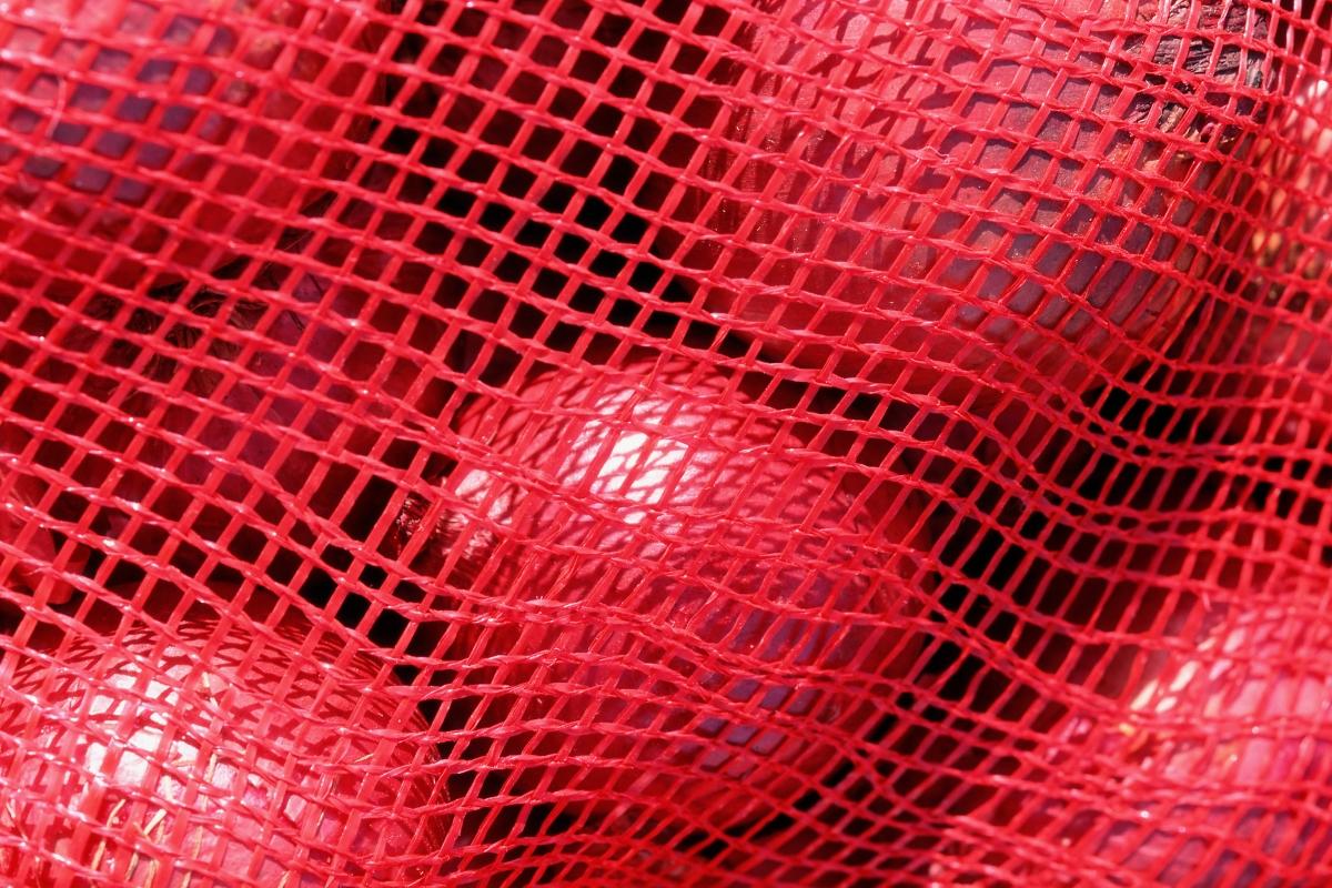 Лукът е най-добре да се съхранява в мрежичка. Ако сте го взели на килограм спокойно можете да използвате... чорап.