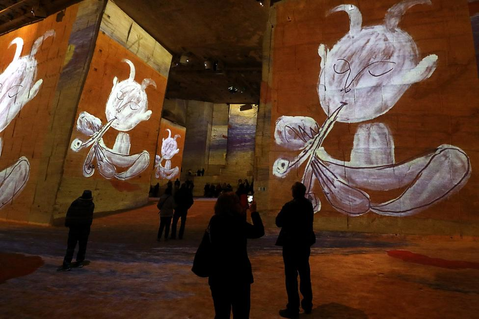"""- Мултимедийната изложба """"Пикасо и испанските майстори"""" в """"Катедралата на образите"""" в Ле Бо дьо Прованс, южна Франция. Изложбата с дигитални шедьоври..."""