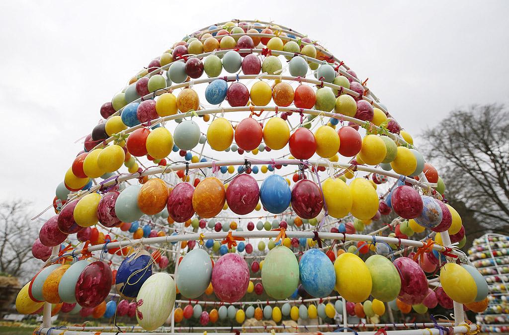 Алеята с великденски яйца в замъка в Лудвигсбург, Германия. Над 10 000 ръчно рисувани яйца са подредени за Великден в Лудвигсбург