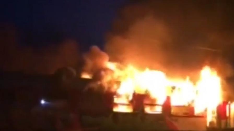 Влакът горял в движение, пожарът вероятно тръгнал от кабели