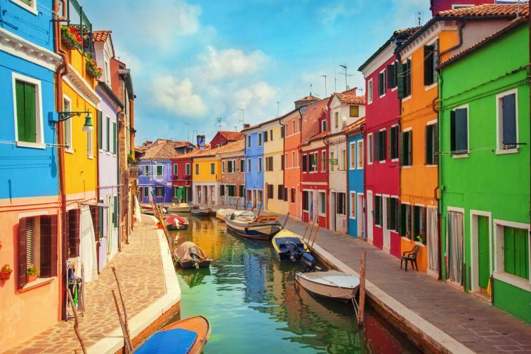 Бура̀норазположен върху 4 свързани островчета (често считани за общ остров) въвВенецианската лагуна.Прочут е с къщите си, боядисани в ярки цветове, и с местната занаятчийска изработка набуранска дантела.