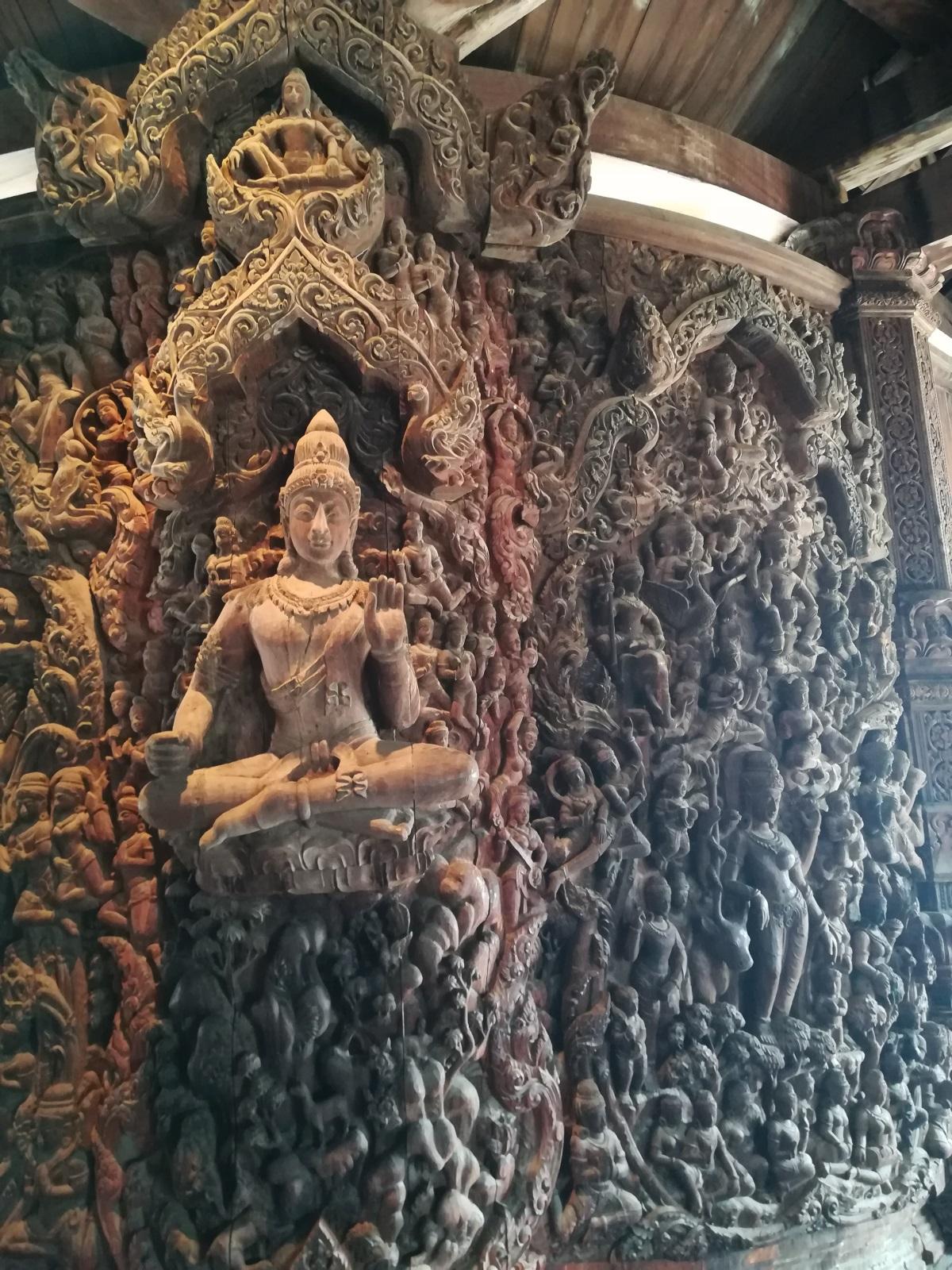 Невероятна дървена конструкция, извисяваща се на 105 м над земята - това е Светилището на истината - едно от най-необикновените места в света и уникално място за Патая. Със своите над 3200 кв метра площ, сградата е известна като най-големия дървен храм в света, построен без нито един гвоздей. Строежът ѝ всъщност започва през 1981 г. и продължава вече повече от десетилетие, дори и в момента по нея се извършват ремонтни дейности.