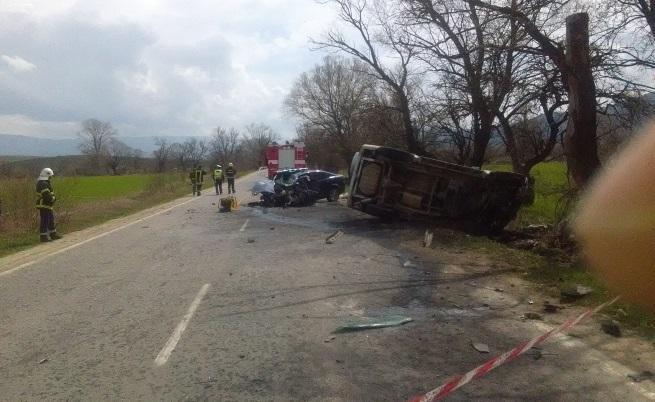 5 ранени при катастрофа между автобус и микробус