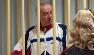 Сергей Скрипал разговаря с адвоката си, докато е задържан в Москва, август 2006 г.