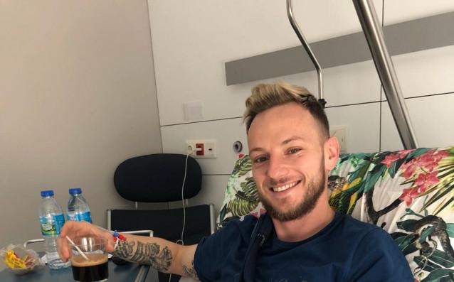 Полузащитникът на Барселона Иван Ракитич претърпя успешна операция на ръката,