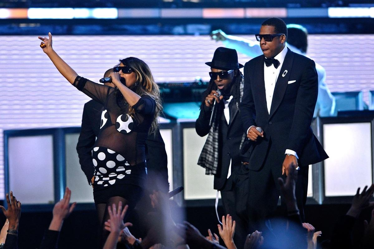 """M.I.A., 2009 г. - певицата пя на една сцена с Джей Зи, Лил Уейн и T.I. на наградите """"Грами"""", в напреднала бременност и подчерта корема си с прозрачна рокля."""