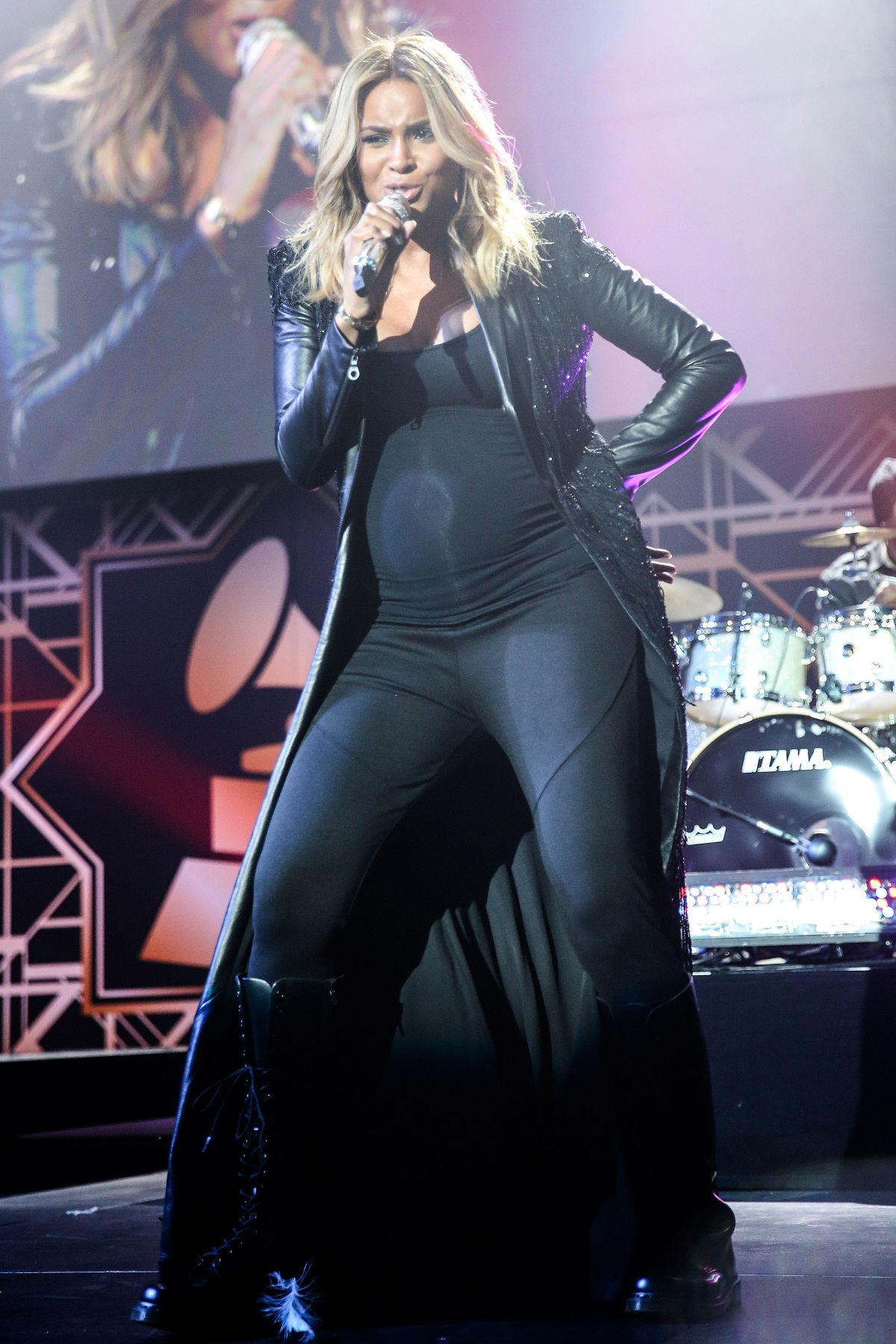 """Сиара, 2014 г. - Сиара пя бременна на афтърпартито на наградите """"Грами""""."""