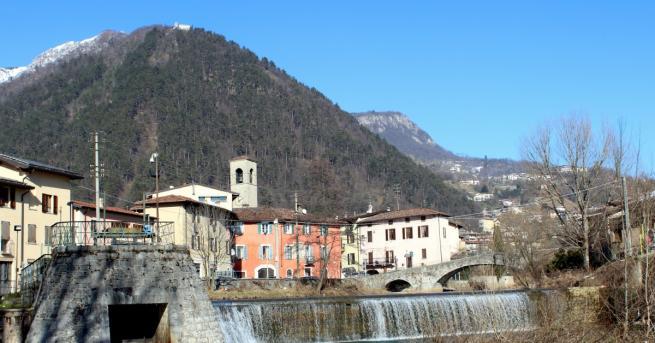 Сгушен в живописна долина в италианските Алпи, град Гардоне Вал