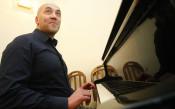 Треньорът на Балкан показа умения на пианото