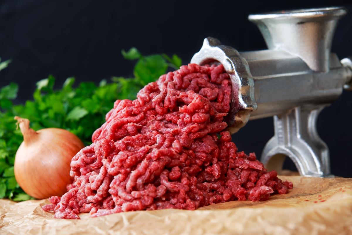 Машината за месо. Това е много мощен уред, така че винаги внимавайкте с пръстите и използвайте предпазител.