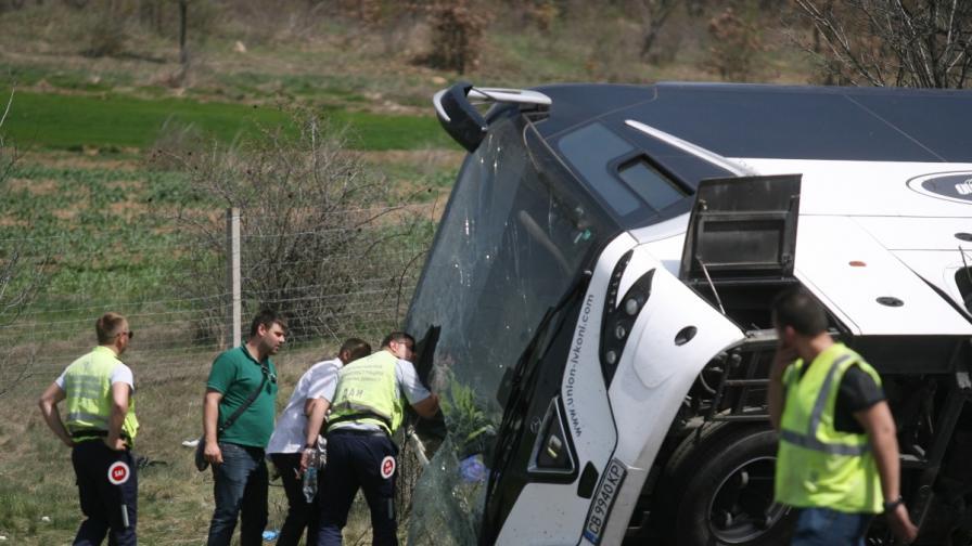 Тежка катастрофа с автобус, има жертви и десетки ранени