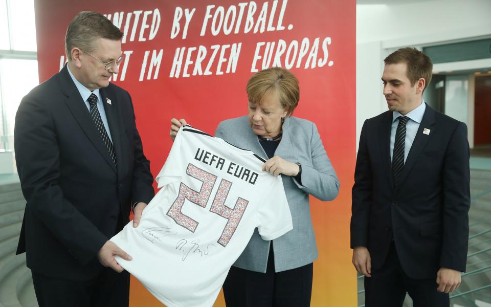 Меркел със специален подарък от Бундестима преди Мондиала