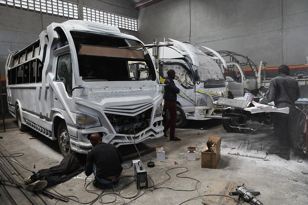 Други са украсили автобусите си с цветни графити и светлини, както отвътре, така и отвън, а шумни високоговорители са монтирани за обявяване на пристигане или заминаване.