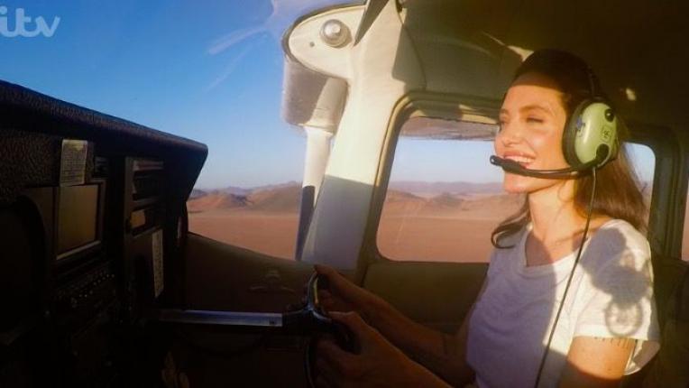 Анджелина Джоли пилотира самолет из Намибия, а ние ѝ се възхищаваме искрено
