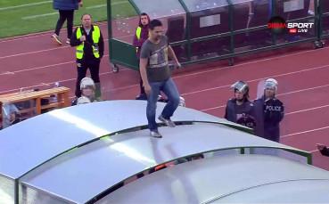 Фен на ЦСКА се разходи по тунела на