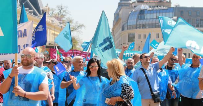 Напрежението пред министерството на енергетиката ескалира, протестиращите миньори освиркаха министър
