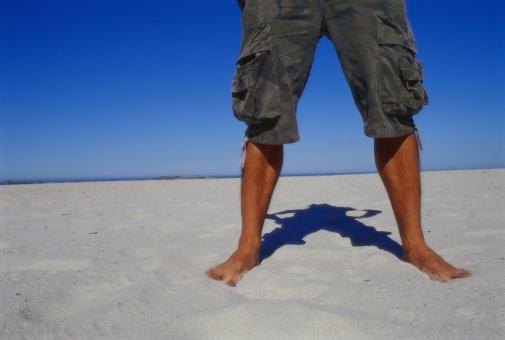 Стига, вече не сме в 2001 година. Тези къси панталони не са модерни, най-малкото са подходящи за плажа.