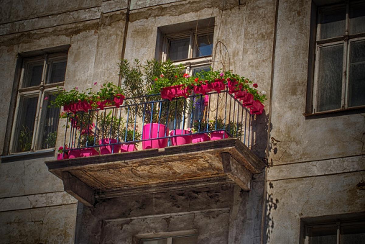 Ако сте в блок, но разполагате с тераса, добре е да я почистите, обзаведете с чадър, масичка, да я освежите с растения.