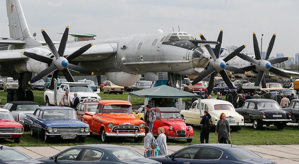 """""""OldCarLand"""" в Киев, Украйна. Около хиляда стари и ексклузивни автомобили и мотоциклети от различни марки са представени на изложбата, която се провежда на територията на украинския авиационен музей."""