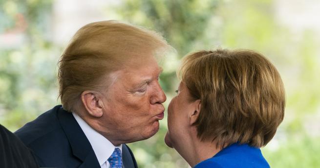 Снимка: Тръмп разцелува Ангела Меркел, канцлерът критикува ядрената сделка с Иран