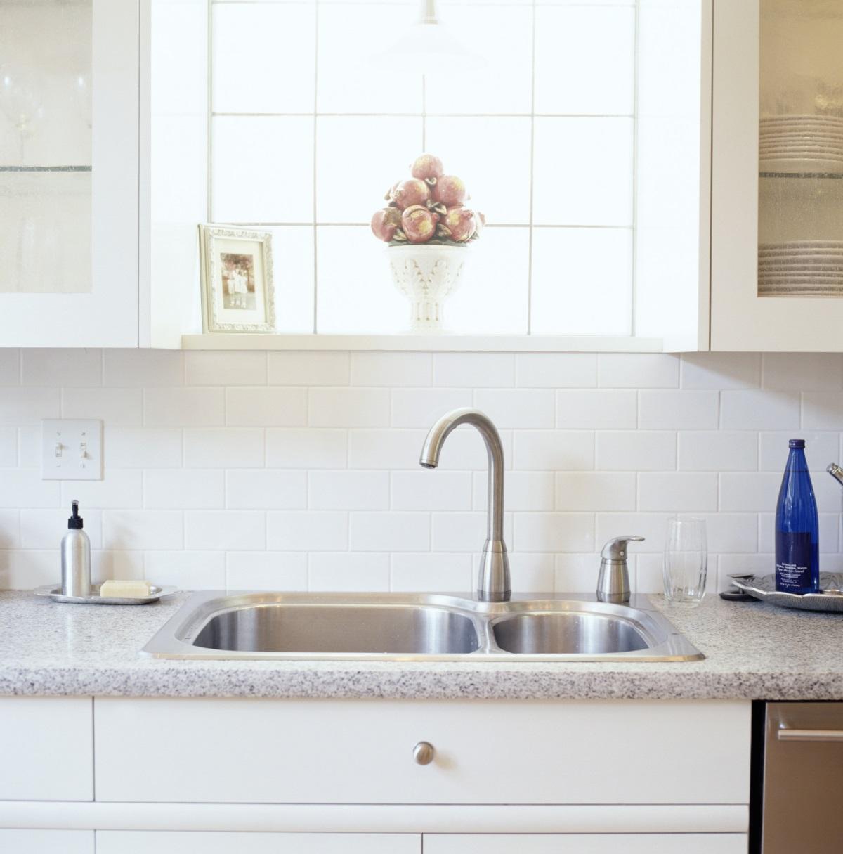 2. Гъбата и препаратът за чинии винаги стоят под мивката - след всяко измиване на съдовете, чистофайниците прибират прилежно подръчните средства в шкафа под мивката. Така кухнята изглежда чиста и спретната.