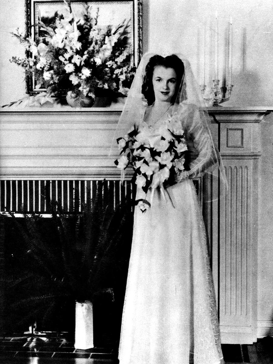 """Холивудският секссимвол Мерилин Монро успява да вземе своята доза любов и бракове, въпреки че си отива от този свят едва 36-годишна. До смъртта си иконичната блондинка има зад гърба си три развода.  Първия си брак тя сключва през юни 1942 г. - по-малко от месец след като навършва 16. Името на щастливеца е Джеймс Доуърти. Момчето се жени за Мерилин, тогава все още Норма Джийн, за да я предпази от попадане в дом, след като майка ѝ е приета в психиатрична клиника за пореден път, а приемното ѝ семейство се мести от града и не може да я вземе със себе си. """"Решихме да се оженим, за да не я пратят в дом, но въпреки това бяхме влюбени"""", разказва след години Джеймс Доуърти."""