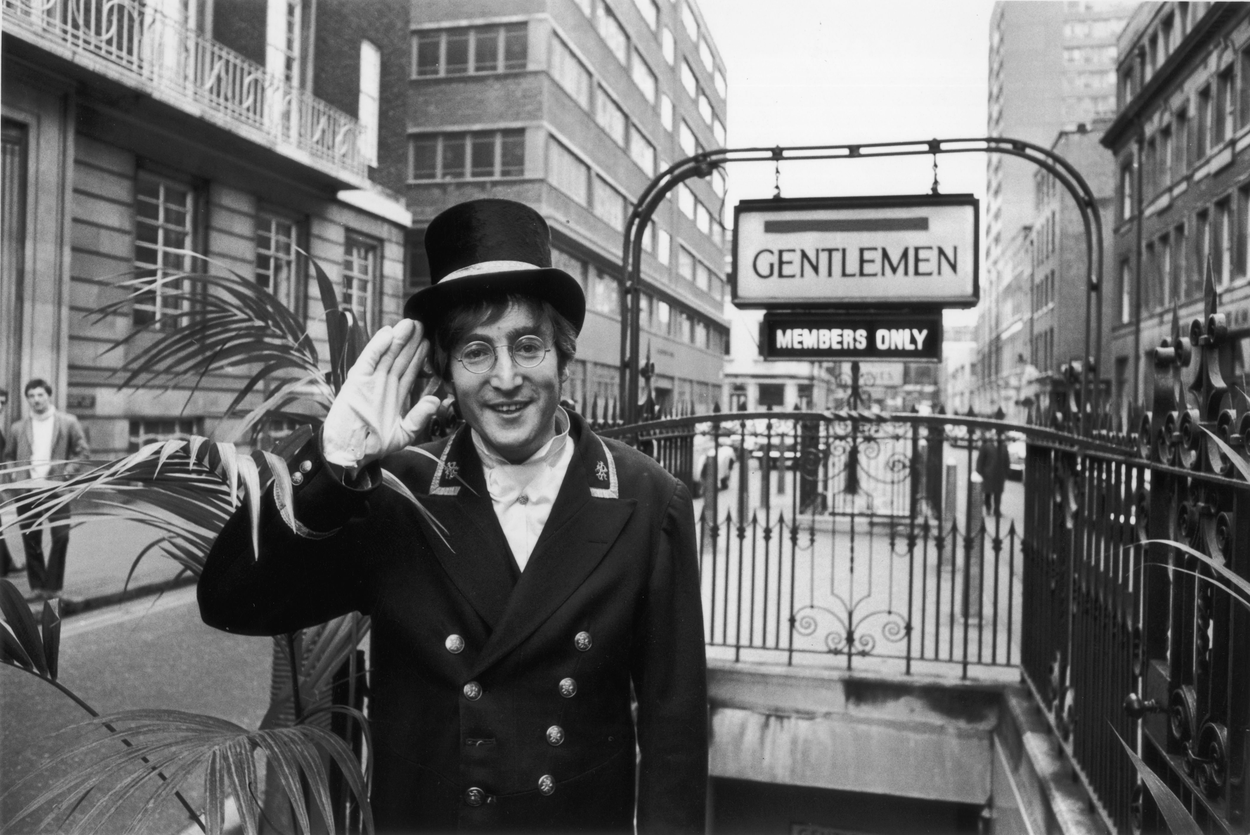 """Джон Ленън е една от най-влиятелните и популярни личности в поп културата на XX век. Придобива световна известност като член и водеща фигура в рок формациятаБийтълс, получила международна слава през 60-те години.На 8 декември1980година, връщайки се с жена сиЙоко Оноот звукозаписното студио вНю Йорк, Джон Ленън е застрелян. Убиецът муМарк Дейвид Чапманотправя към него пет изстрела с пистолет и търпеливо изчаква полицията, докато чете """"Спасителят в ръжта"""" наСелинджър. Ленън умира по-късно в болницата."""