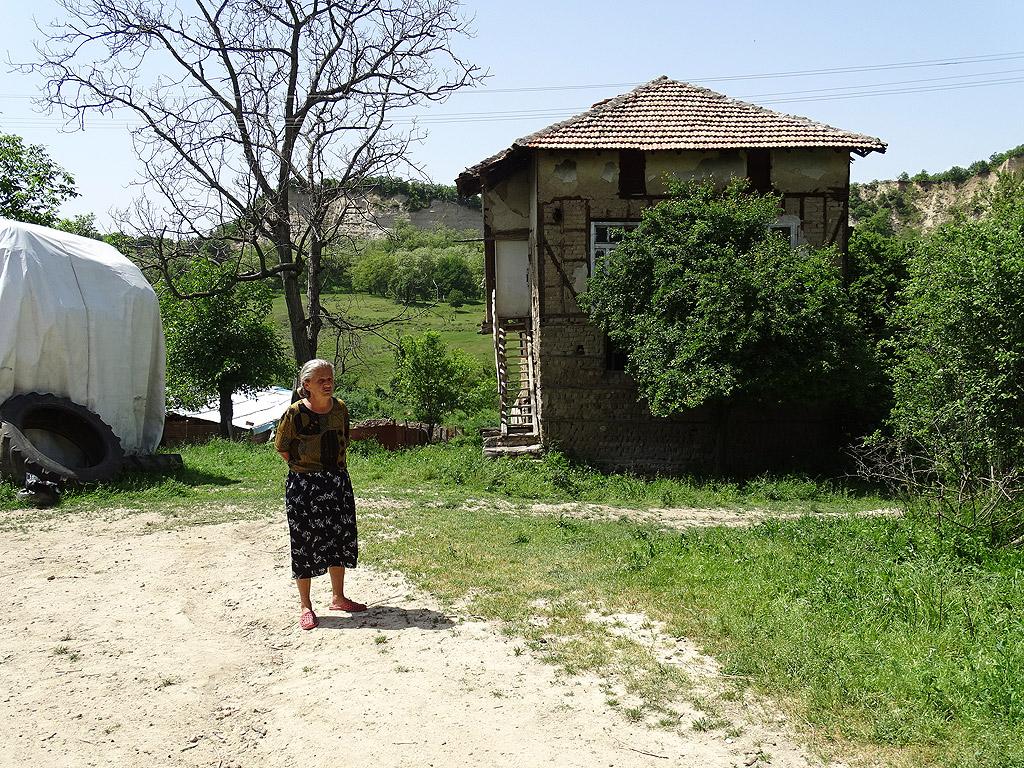 """Тя разказа легендата за името на селото. """"Навремето старото село било малко след тунела, там в една от трите къщи живеела красавицата Люба. Тя се разболяла тежко, но успяла да оздравее и на един голям празник тръгнала по селото. Всички казвали: """"Люба, Люба вижте"""", и така дошло името на селото."""