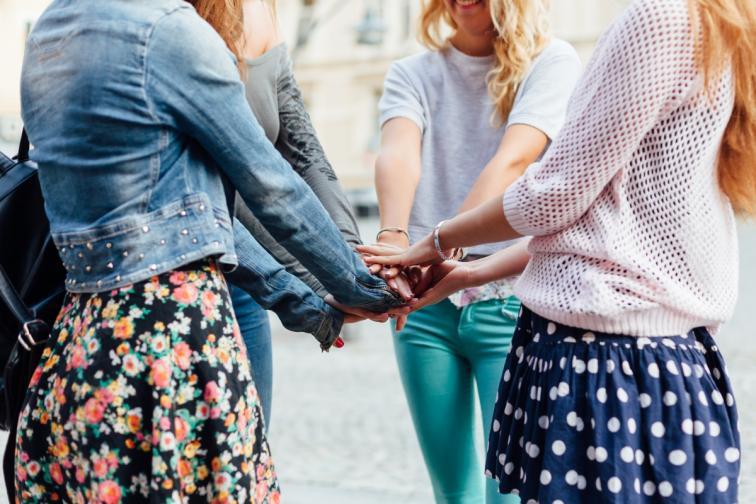 момичета приятелки код