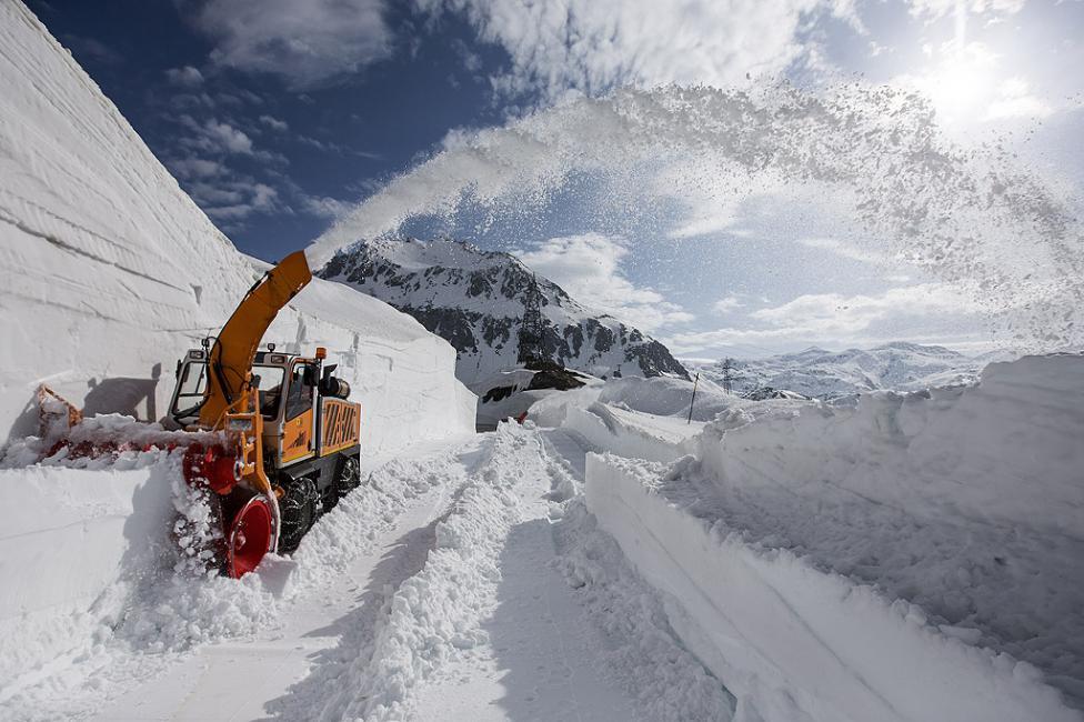 - Почистване на снега от прохода Готард, Швейцария. Поради обилните снеговалежи тази зима, почистването ще отнеме шест до осем седмици. Прохода трябва...