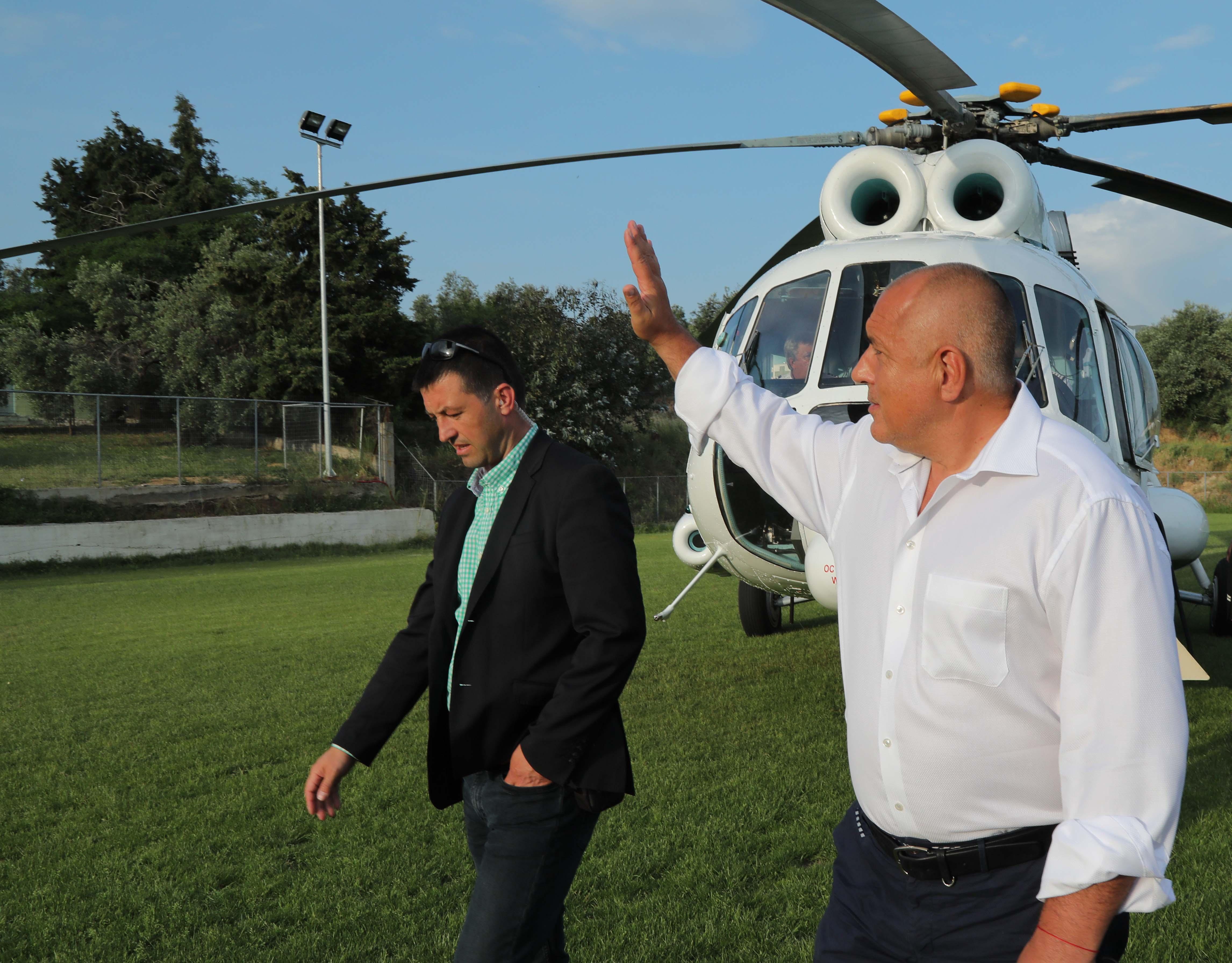Машината кацна на спортен терен и пристигането на премиера беше наблюдавано с учудване от трениращите наблизо деца. Борисов им помаха за поздрав.