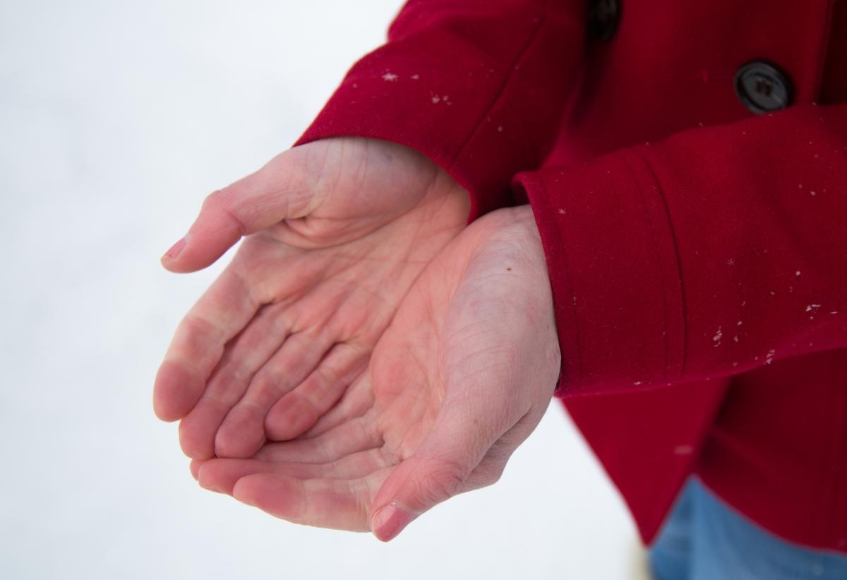 При липса на витамин B12 може да се появи изтръпване на крайниците.