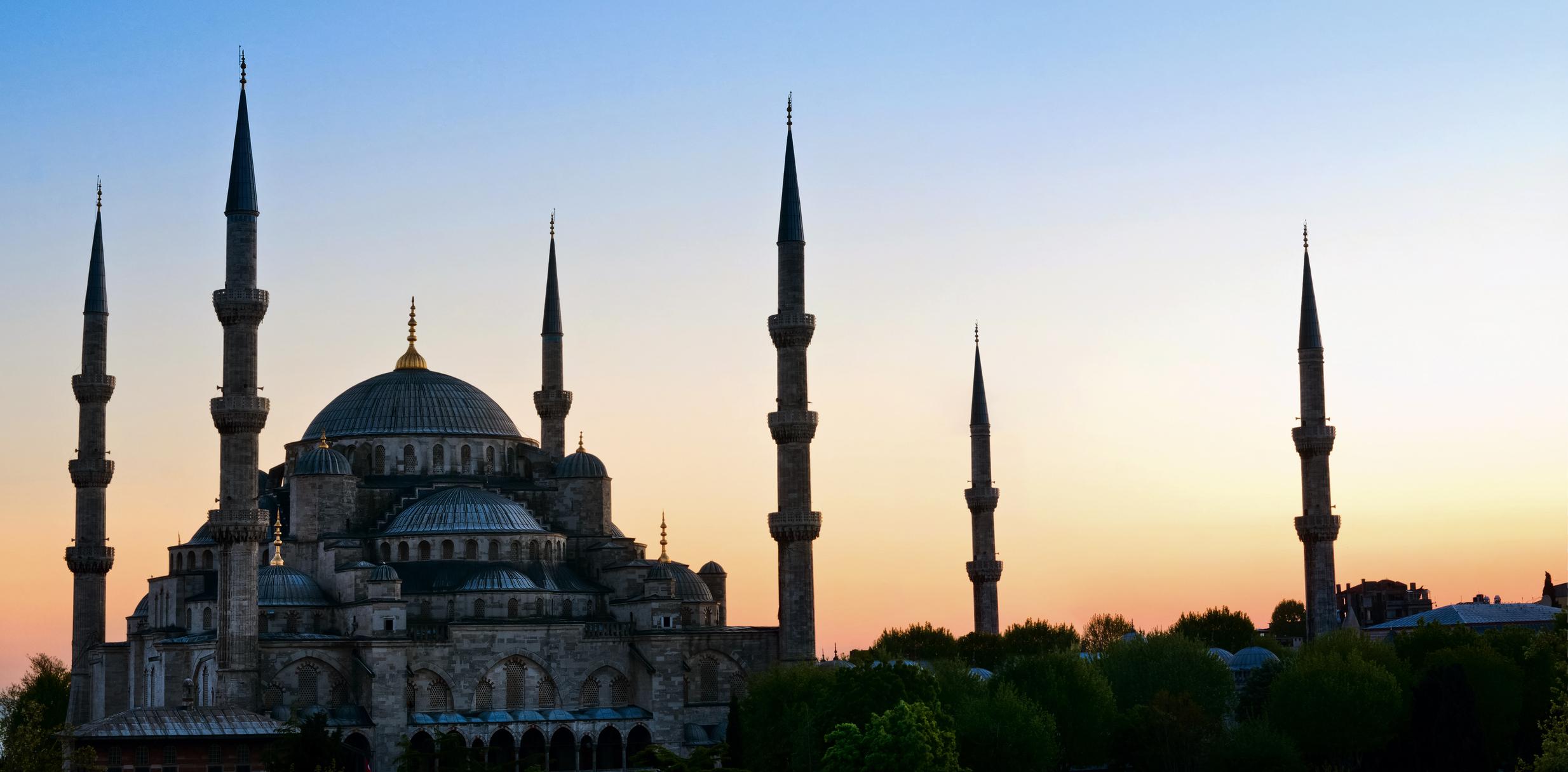 1. Турция - Поради нашумялата политическа нестабилност и множеството терористични атаки,Турция също се превърна в невероятно рискова дестинация за почивка. Съветваме ви да носите по-консервативни дрехи. Предварително си вземете шал и го ползвайте, за да закривате главата си, ако е необходимо – например при посещение в джамия. Ако се наложи да ползвате такси, хването го на добре осветени места с много хора и избягвайте да плащате с едри банкноти.