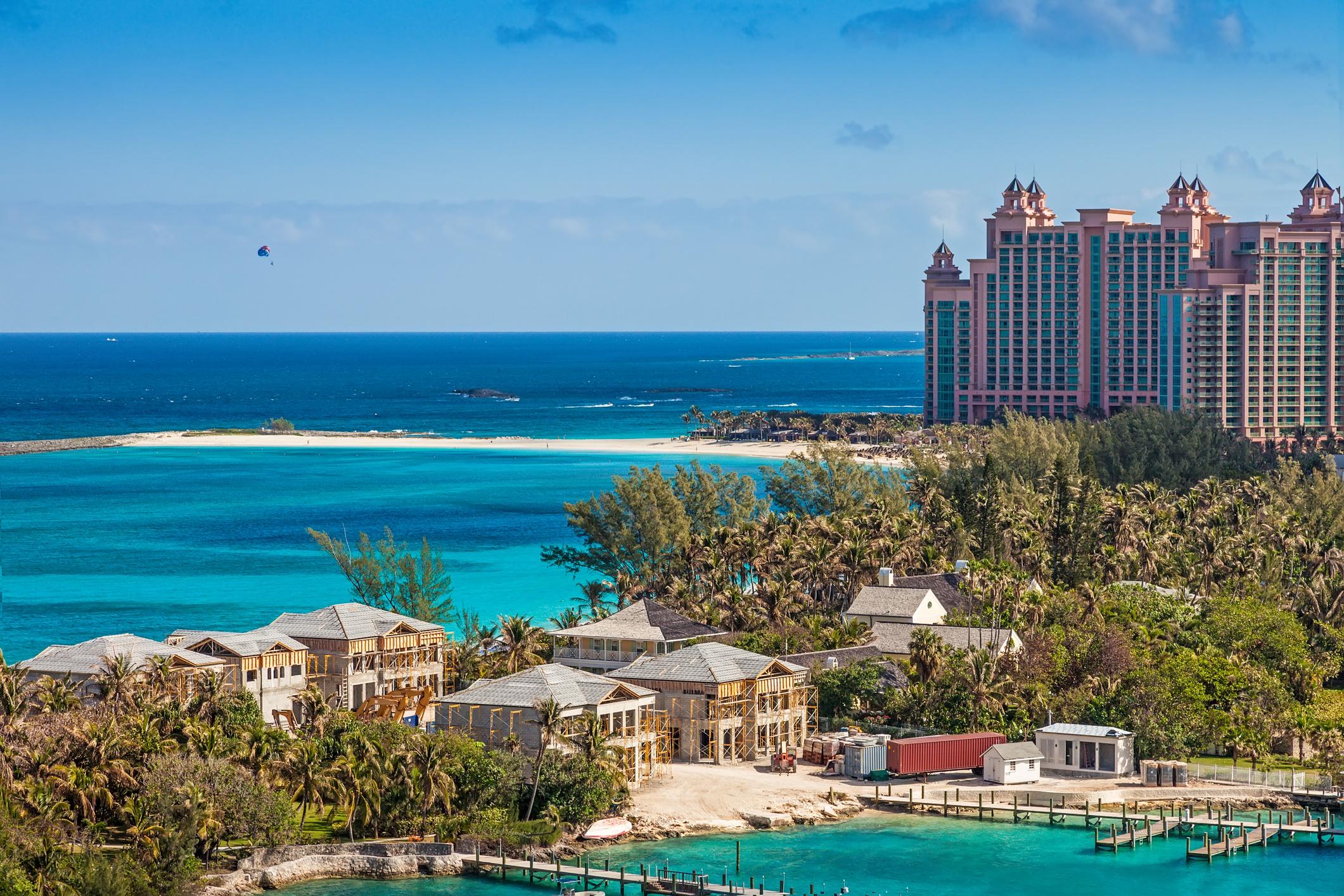 5. Бахамите - Фактът, че посещавайки Бахамите, има шанс да бъдете изложени на редица рискове може да ви изненада, но точно поради големия наплив от туристи, нивото на престъпност на острова рязко се е повишило. Доклад на ООН от 2012-та сочи, че Бахамските острови са с най-високият процент на сексуални престъпления на Карибите. Съветваме ви да се движите в по-големи групи и да не излизате извън курортните зони. Да следите храната и напитките си, и какво слагат в тях.