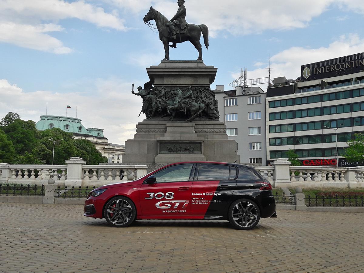 Peugeot 308 GTi е класически представител на т. нар. горещи хечбеци. Горещи, защото придават на един семеен автомобил излъчване, което приковава погледите. Горещи, защото с малък двигател правят неща, които е трудно да повярваш, че са по силите на 1,6-литров мотор. Горещи, защото карат страстите и емоциите да се взривят.