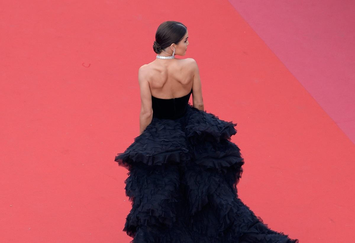 Как изглежда тоалет за 1,3 млн. долара. Блогърката и моден инфлуенсър Камила Коелю направи своя зашеметяващ дебют на кинофестивала в Кан. Тоалетът на 30-годишната блогърка е на модната марка Ralph & Russo. Роклята в черен цвят на лондонските дизайнери, спрягани за хората, които ще ушият сватбената рокля на Меган Маркъл, е от две части - къса и дълга. Към кадифената малка рокля на Камила е прикрепен огромен шлейф. Работата по ексцентричния тоалет, отнела на дизайнерите 500 часа.
